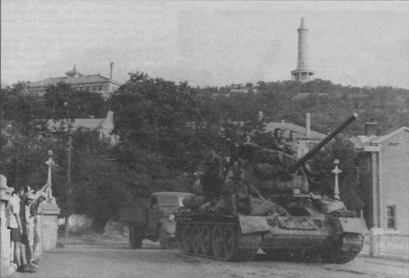 Т-34-85 в Порт-Артуре, август 1945 года. На заднем плане Перепелиная гора с японским памятником в честь взятия этой крепости в 1904 году