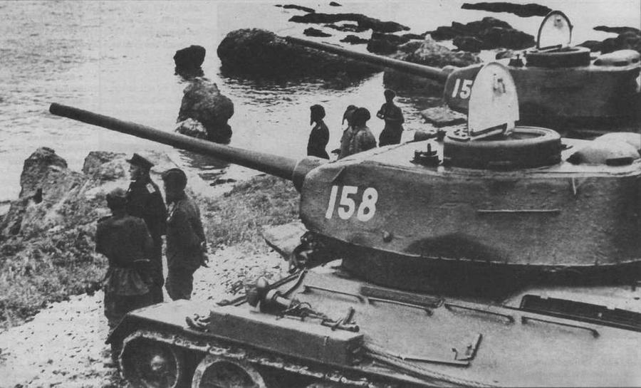 """""""И на Тихом океане свой закончили поход"""". Район Даляня, август 1945 года. На снимке танки Т-34-85 с низкой командирской башенкой позднего типа"""