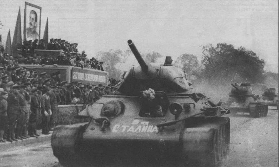 Танки Т-34 во время парада в честь победы над Японией. Ворошилов-Уссурийский (ныне Уссурийск), 16 сентября 1945 года