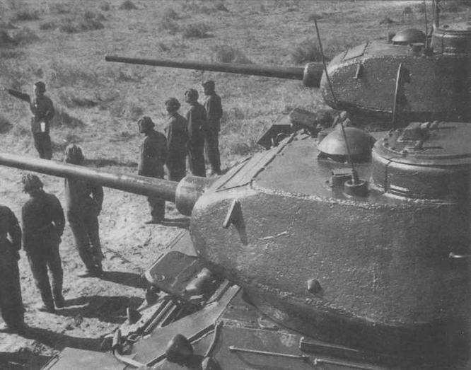 """""""Тридцатьчетверки"""" послевоенного выпуска во время тактических занятий. 1946 год"""