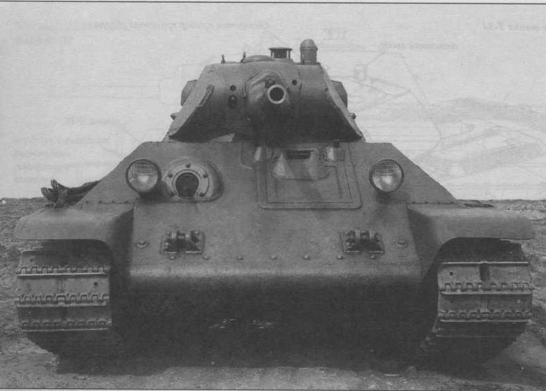 Серийный танк Т-34. Крышка люка механика- водителя оснащена защитной планкой, перекрывающей зазор между крышкой и лобовым листом корпуса. По периметру люка приварена еще одна планка. Такая конструкция обеспечивала защиту от проникновения внутрь корпуса танка свинцовых брызг при ружейно-пулеметном обстреле