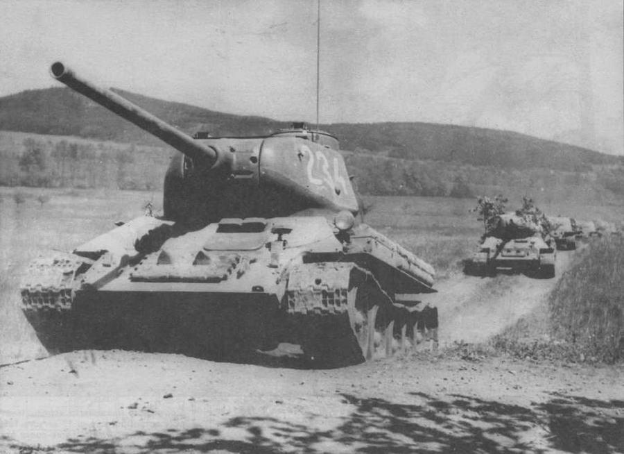 Т-34-85 чехословацкого производства на марше, 50-е годы. Машины оборудованы ночными фарами Note к немецкого образца периода Второй мировой войны