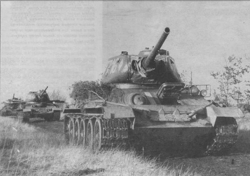 Танки Т-34-85М2 польского производства, оснащенные ОПВТ. Маск-установки пушек герметизированы водонепроницаемыми чехлами, вокруг бронемасок курсовых пулеметов приварены специальные отбортовки для крепления герметизирующих чехлов.