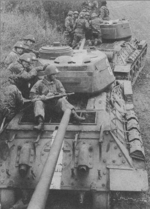 Танки Т-34-85 с десантом на броне во время учений. Национальная народная армия ГДР, 60-е годы
