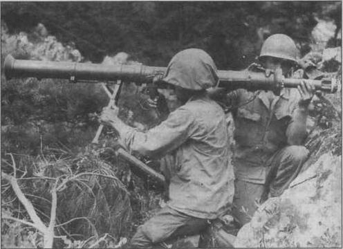 """Наиболее эффективным средством в борьбе с """"тридцатьчетверками"""", применявшимся американцами в Корее, стали 3,5-дюймовые реактивные гранатометы М20 — """"супербазуки"""". На снимке внизу — Т-34-85, подбитый этим оружием. В результате взрыва боекомплекта у танка вырвало вварной лист крыши башни"""