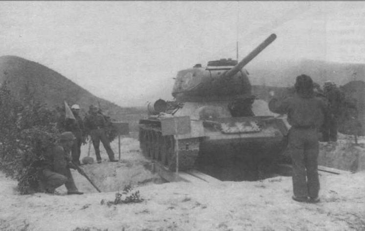 Механики-водители 202-го танкового полка Вьетнамской народной арчии осваивают вождение танков Т-34-85. Конец 1959 года