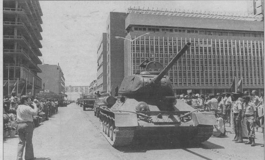 Сормовский Т-34-85 на параде в Анголе. Машина прошла модернизацию, о чем можно судить по ИК-осветителю ФГ-100 на правом борту корпуса. Луанда, 9 февраля 1976 года