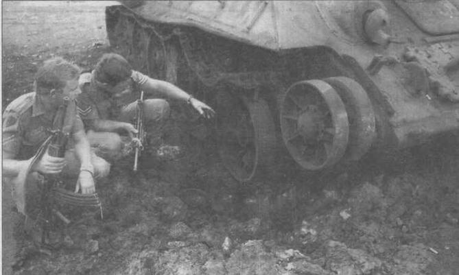 Солдаты армии ЮАР осматривают подорвавшийся на мине ангольский Т-34-85. 1976 год