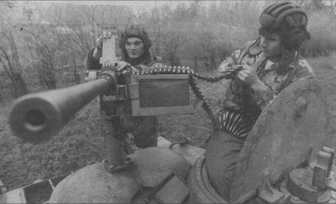 """Характерной особенностью югославских """"тридцатьчетверок"""" был крупнокалиберный зенитный пулемет """"Браунинг"""" М2 американского производства, смонтированный прямо на бронеколпаках вентиляторов"""