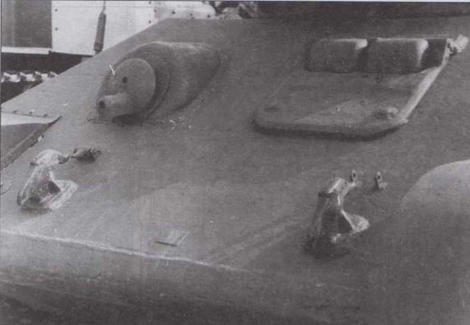 """Характерные детали танка Т-34 выпуска середины 1942 года (завод№ 183): буксирные крюки позднего образца, люк механика-водителя с """"ресничками"""" иброневая маска курсового пулемета"""