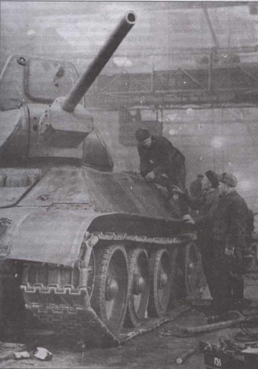 Сборка танков на заводе№ 183 в Нижнем Тагиле. Зима 1942 года