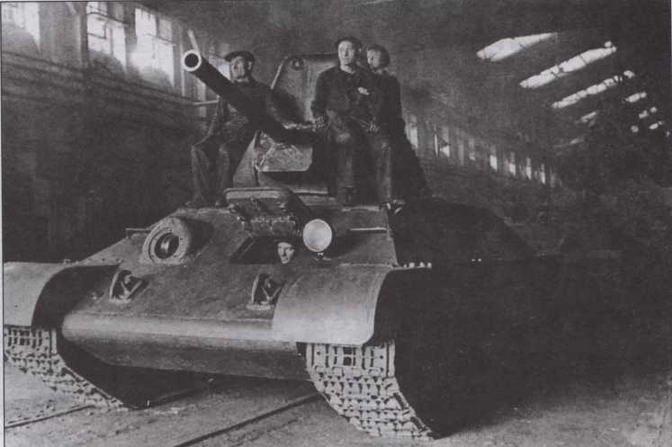 """Только что собранный Т-34 покидает цех завода № 112 """"Красное Сормово"""". Весна 1942 года"""