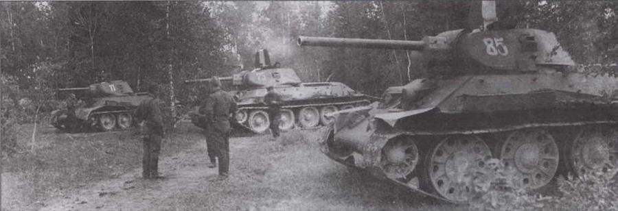 Танки Т-34 разных заводов и разных периодов выпуска. На переднем плане — машина производства СТЗ выпуска конца 1941 года с цельностальными опорными катками и необрезиненным направляющим колесом