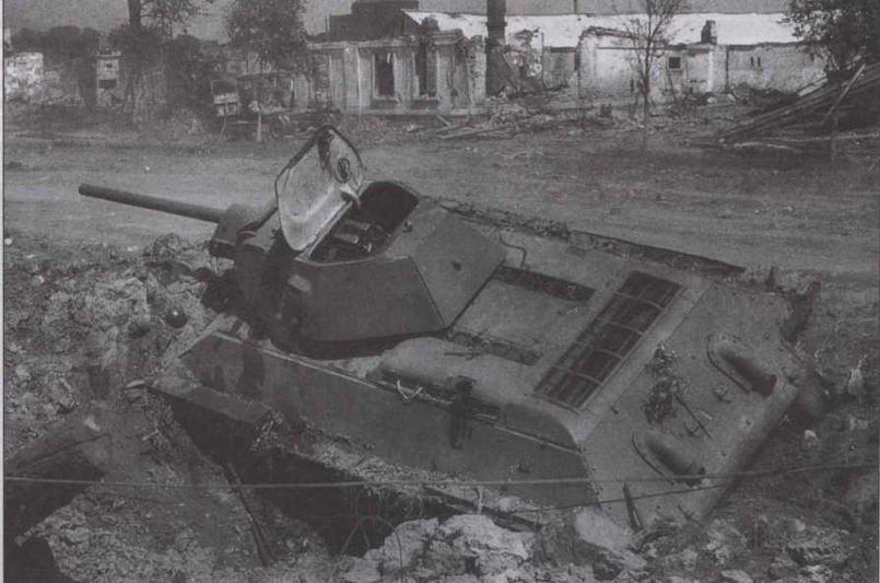 Т-34 производства СТЗ, подбитый в ходе боев в излучине Дона. Июль 1942 года. Машина поздних выпусков, об этом можно судить по приваренной несъемной кормовой стенке башни
