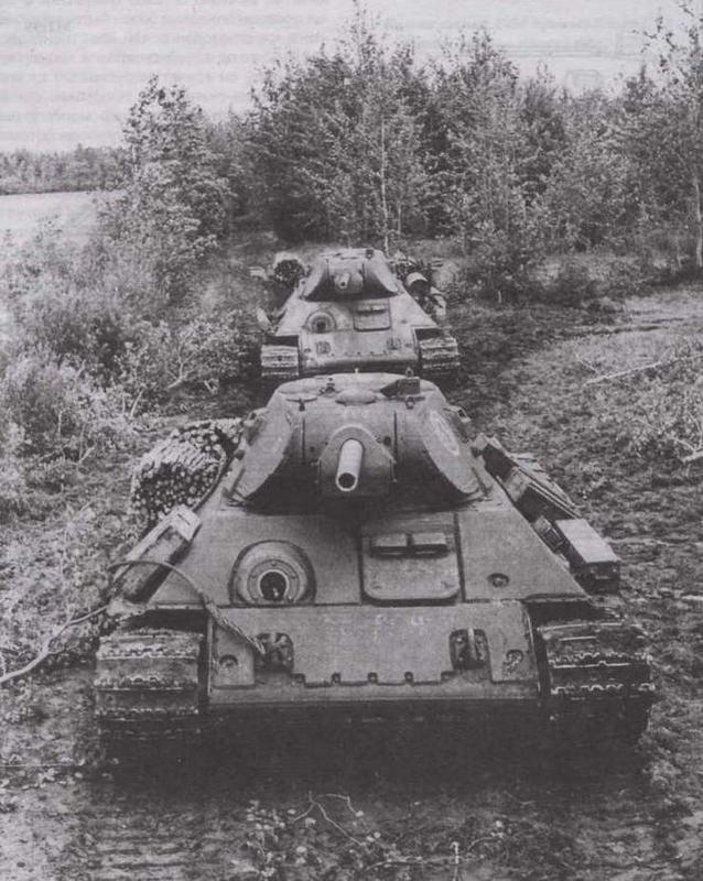"""""""Тридцатьчетверки"""", оборудованные дополнительной лобовой броней, состоящей из трех частей. Калининский фронт, 1942 год"""