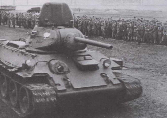 """Танк Т-34 1-го польского танкового полка во время парада в честь принятия присяги 1-й польской пехотной дивизии имени Т.Костюшко. Июль 1943 года. Машина производства завода """"Красное Сормово"""" с дополнительной бронезащитой лобовой части корпуса, выполненной из одного бронелиста"""