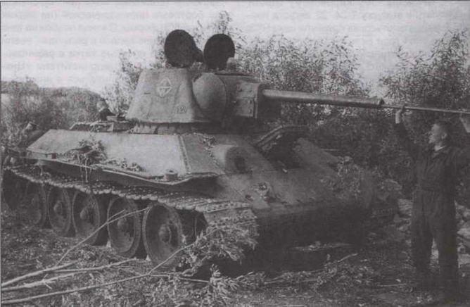 """Танк Т-34 с """"улучшенной"""" башней. Лето 1942 года. Судя по всему, башня установлена на корпус более раннего выпуска при ремонте. Об этом говорят дополнительная бронезащита лобового листа, гусеницы образца 1941 года, а также опорные катки с резиновыми бандажами, что было нехарактерным для танков выпуска 1942 года"""