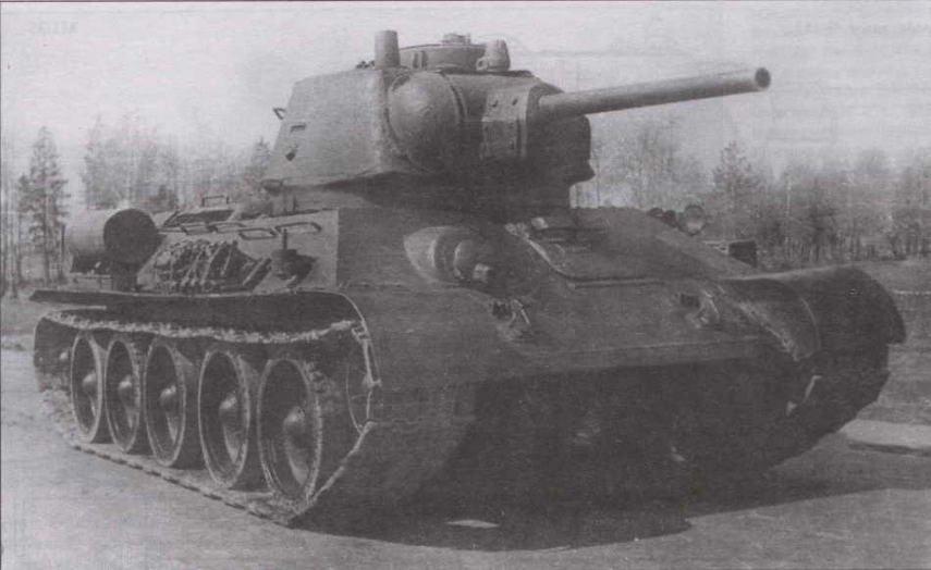 Танк Т-34 выпуска 1943 года с командирской башенкой. НИБТПолигон, 1946 год. Полигонное происхождение снимка объясняет наличие нештатных элементов во внешнем облике танка. Так, вместо дымовых шашек на корме корпуса установлены топливные баки