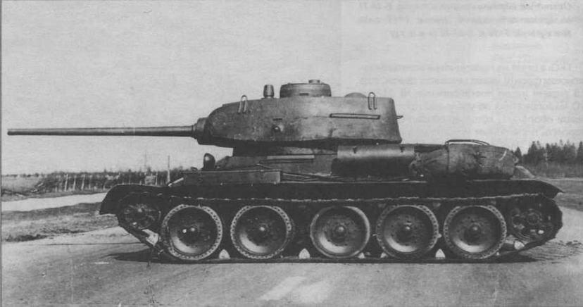 Один из первых танков Т-34-85 с пушкой Д-5Т на полигоне в Кубинке. Хорошо видны типичные лишь для этой модификации маска пушки, антенный ввод на правом борту корпуса, поручни на лобовой броне, расположение сильно смещенных вперед командирской башенки и дополнительного топливного бака, а также выполненные из прутков рымы для демонтажа башни. Смотровая щель в левом борту башни характерна только для сормовских машин с пушкой Д-5Т