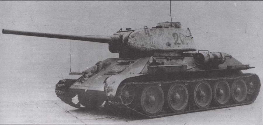 """Т-34-85 завода """"Красное Сормово"""". Промежуточная модель, сохранившая часть характерных деталей ранних сормовских машин — смещенный вперед наружный топливный бак и рымы из прутка"""