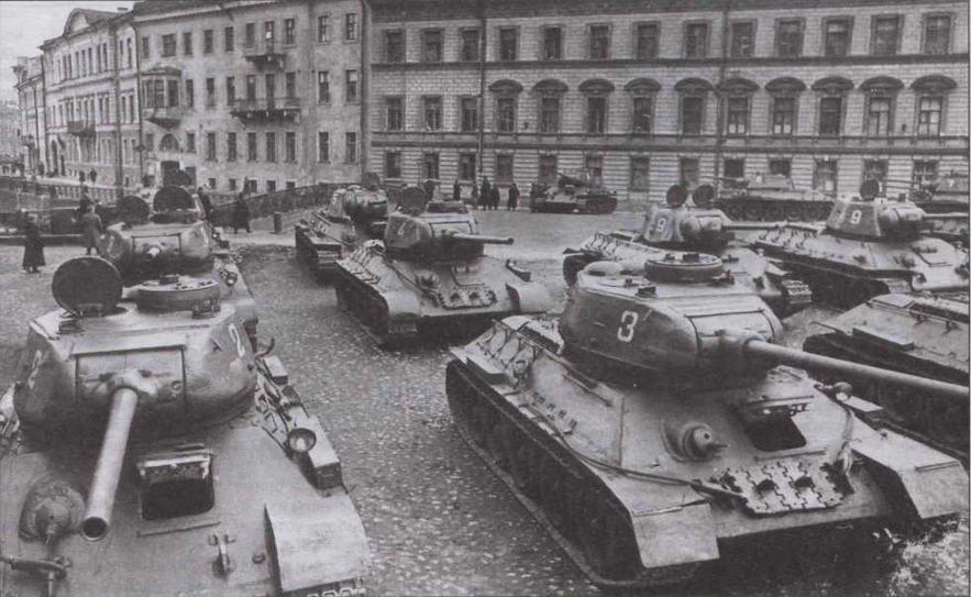 Танки Т-34-85 перед парадом. Ленинград, 7 ноября 1945 года. У машины слева хорошо видна характерной формы бронемаска пушки С-53