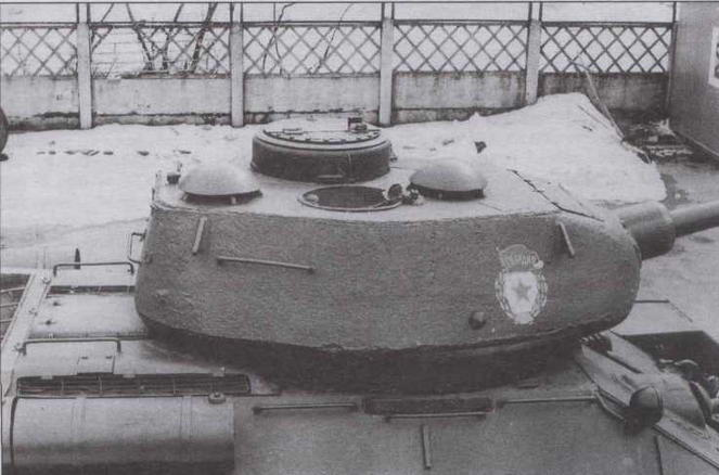 Башня Т-34-85 послевоенного выпуска. Ясно различима разнесенная установка вентиляторов. Рагчещение переднего, вытяжного, вентилятора непосредственно над казенной частью орудия способствовало более интенсивному очищению боевого отделения от пороховых газов