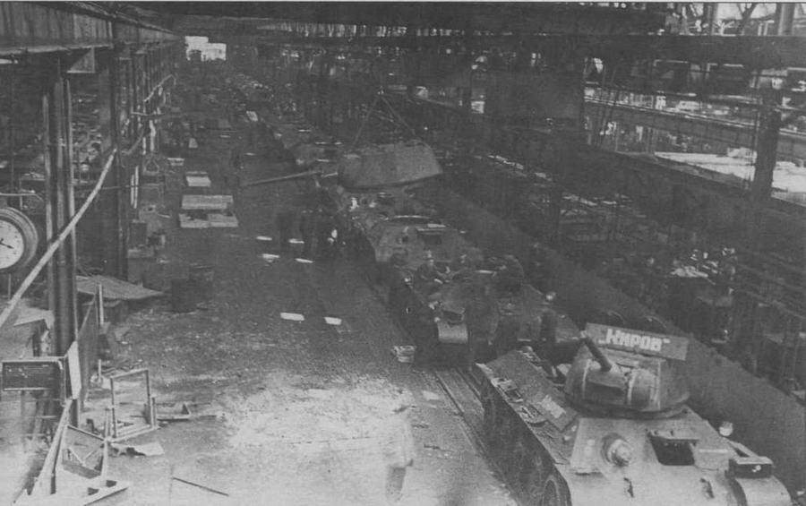 Сборочный конвейер на заводе М 183 в Нижнем Тагиле. 1942 год