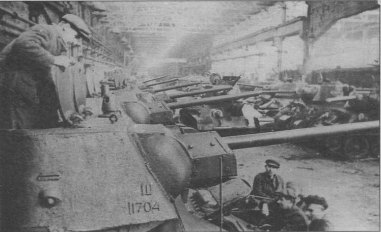 Последние доводочно-регулировочные работы на вновь изготовленных танках Т-34. Уралмашзавод, 1943 год