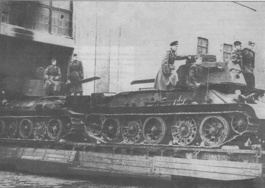 Эшелон с танками покидает Уралмашзавод, 1943 год. Хорошо видно сочетание через один литых обрезиненных и необрезиненных опорных катков
