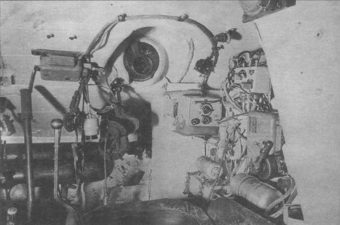 Отделение управления танка Т-34. Место стрепка-радиста. Вверху в центре — шаровая установка курсового пулемета. Справа — радиостанция