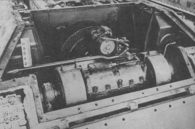 Вид на трансмиссию танка Т-34. Сверху на коробке передач установлен электростартер, по бокам — бортовые фрикционы