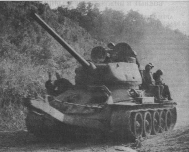 Танк-тральщик Т-34-85 на марше. Маньчжурия, август 1945 года