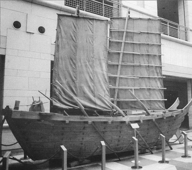 Корейский корабль эпохи Корё из Военного Мемориального музея в Сеуле. Договор 1009г. упоминает 75 боевых кораблей в составе флота Корё. Все они имели сравнительно простую конструкцию, но отличались прочностью.
