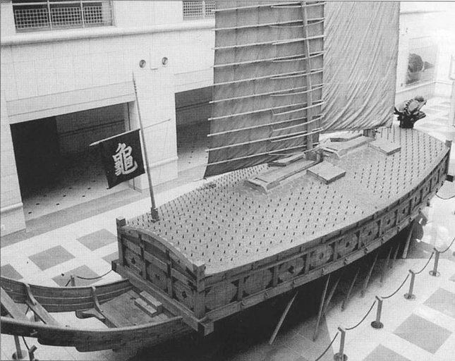 Корабль-черепаха в Военном Мемориальном музее в Сеуле. Видны шипы на крыше, затрудняющие абордаж. На знамени иероглиф «черепаха».