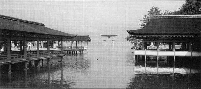 Место сражения при Миядзиме, /555г. Храм Ицукусима во время прилива затапливается водой.