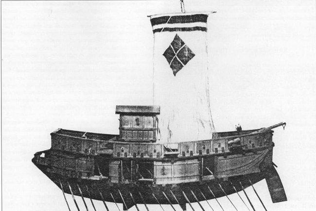 Модель атака-буне Такеды. Обратите внимание на мои Такеды на парусе. Парус кажется недостаточно большой для столь крупного корабля. Атака-буне были линейными кораблями эпохи Сенгоку. Они напоминали корейские паноксоны или усиленные китайские «эсминцы». Внешне они выглядели как плавающие сундуки. Борт обшит толстыми досками, в которых прорезаны небольшие бойницы для пушек и луков.