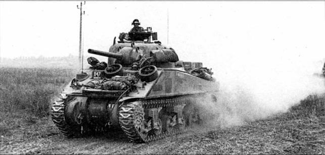 М4А2 британского Эссекского добровольческого полка на марше. Франция, конец лета 1944 г. Это командирский танк, что видно по антенне, установленной справа от курсового пулемета.