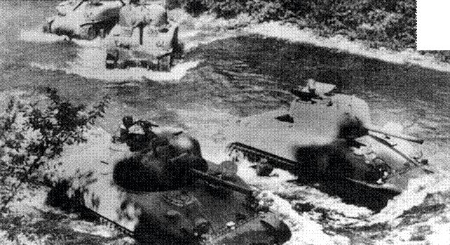 Учебное занятие экипажей танков М4А1 первых месяцев выпуска. Танки можно легко опознать по округлым очертаниям литых корпусов.