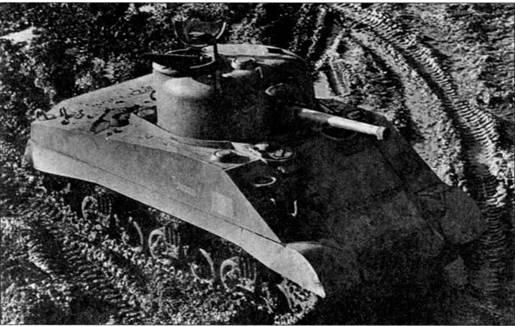 Танк M4А2 можно узнать по профилю задней крышки, модернизированной под установку дизельного двигателя компании «Дженерал Моторе». С апреля 1942 по май 1944 г. было построено 8053 танка, большая часть была направлена в Великобританию и СССР.