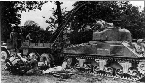 На снимке изображена замена радиального двигателя R975 на танке М4. Много танков «Шерман» было потеряно из-за возгорания боеприпасов, поэтому на самые уязвимые точки наваривалась дополнительная броня. Две такие бронеплиты хорошо видны на снимке.