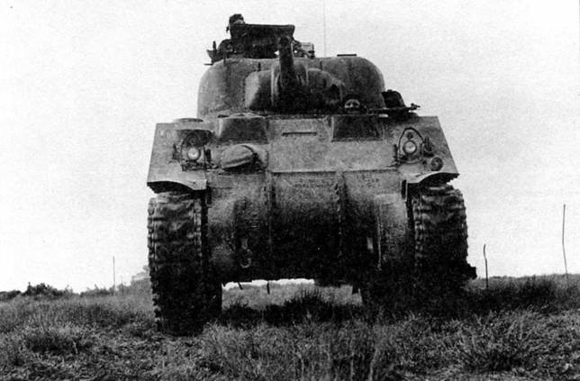 М4 одной из первых моделей во время учений (обратите внимание на прикрытый носовой пулемет). Состоящую из трех частей крышку дифференциала позже заменили (хотя и не на всех моделях) на единую литую.