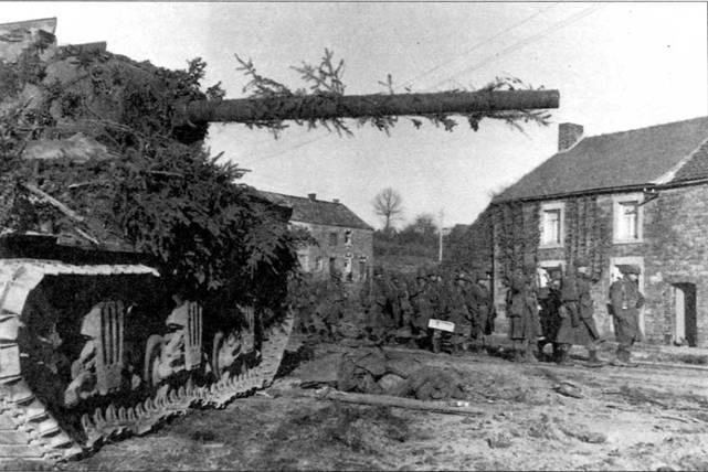 В авангарде наступления союзников через Северную Францию и Бельгию во второй половине 1944 г. шли «Шерманы». Обратите внимание на расширители гусениц, предназначенные для снижения удельного давления на грунт.