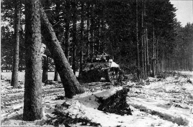 «Шерманы» внесли очень значительный вклад в отражение германского зимнего наступления 1944 г. в Бельгии и в победу в Арденнском сражении. Изображенный на снимке танк продвигается по лесной дороге в районе Бастони.