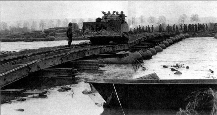 Танк-бульдозер Ml «Шерман» 104-й американской дивизии пересекает реку Рур по колейному понтонному мосту. Февраль 1945 г.