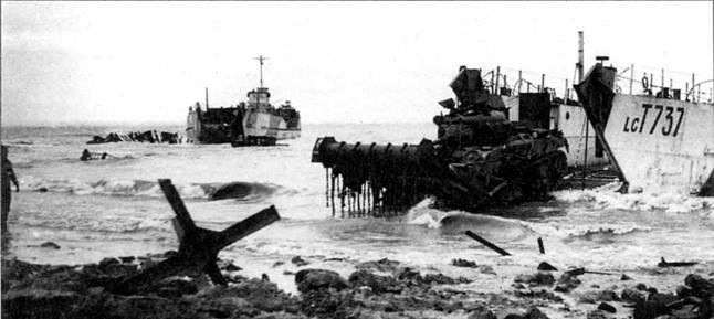 Танк с бойковым тралом «Шерман-Краб I» высаживается на остров Вальхерен в устье Шельды в районе Антверпена во время десантной операции «Инфэтьюэйт» по захвату порта. Ноябрь 1944 г.
