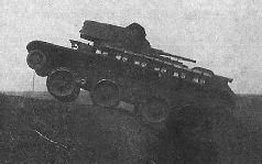 Танк БТ-5-ИС движется по полю без двух опорных катков, 1935 г.