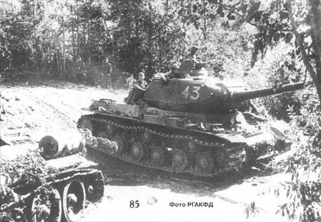 Советские танки выдвигаются перед наступлением. 1-й Прибалтийский фронт, 1944 г.
