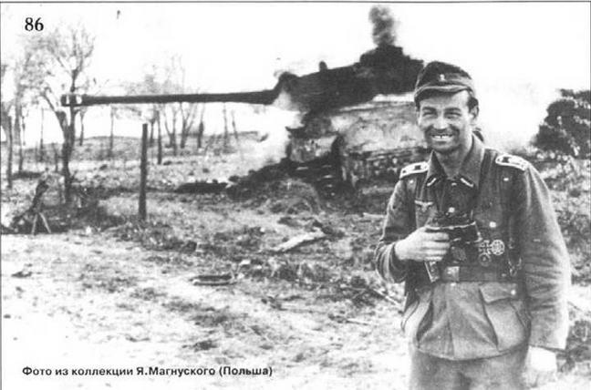 Оберфельдфебель на фоне подбитого им тана ИС. 1944 г.