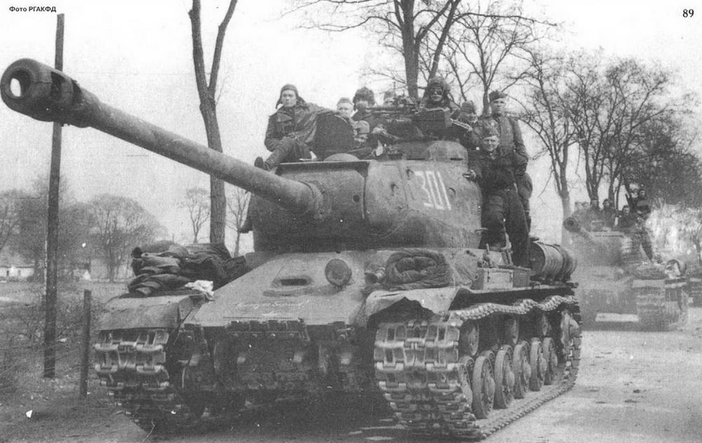 Танки ИС на Берлинском шоссе. Весна 1945 г. Изображен типичный представитель танка ИС-2 -со спрямленным носом» и сварным корпусом Обратите внимание на черные очки у командира танка.