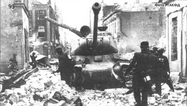 Подбитый ИС на улице г. Митава. Прибалтика, 1944 г.